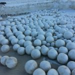Nature surprises environmentalists – Giant snowballs appear on a beach